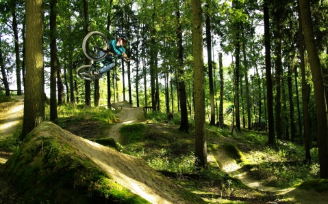 Mountain_biking_bike_bicycle_extreme_wheels_track_racing_jump_flight_fly_air_landscapes_nature_trees_forest_sunlight_shade_hills_people